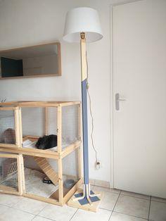 Lampadaire DIY à 1 pied réalisé avec un tasseau, un abat jour, de la peinture et le matériel électrique.