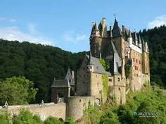 Dit kasteel staat op 70 meter hogen rotsen, langs de Eltz-rivier. Vandaar ook de naam burcht Eltz. Het is gebouwd in1472.