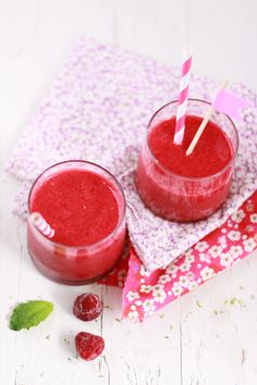Smoothie by hippo❤️ Raspberry Smoothie, Juice Smoothie, Smoothie Drinks, Smoothie Bowl, Smoothie Recipes, Mix Drinks, Refreshing Cocktails, Summer Drinks, Healthy Juices