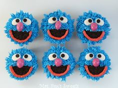 Guess who? It's GROVER! This is #4 on my Sesame Street Adventure! Grover is super easy to make!  Here is what you  need: Cupcakes white and ...