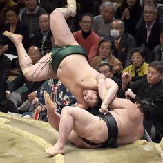 Lucha entre los sumos Sadanoumi y su oponente Shodai en Tokyo.