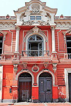 Los edificios de Spain son muy unicas porque tienen muchas colores y cáracter.