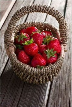 Strawberries In A Basket. Finding Neverland, Weird Food, Red Fruit, Fruits And Vegetables, Healthy Recipes, Healthy Food, Cooking, Sweet, Strawberry Patch