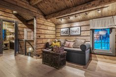 Mountain Decor, Rustic Elegance, Wooden House, Log Homes, Real Estate, Cottage, Couch, Patio, Nye