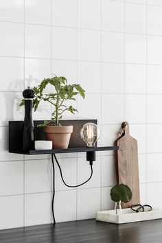 Multi 1 Light Design Wall Lamp in scandi design, not only a lamp but also a shelf, offers storage in the kitchen. Stylish Kitchen, Modern Kitchen Design, Kitchen Interior, Room Interior, Bohemian Kitchen Decor, Kitchen 2016, Kitchen Cook, Scandinavian Kitchen, Usb