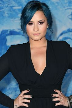 The fact that she can actually rock blue hair makes me very bitter. Demi Lovato is amazing. Nicole Richie, Demi Lovato Hair, Looks Teen, Corte Y Color, Celebrity Beauty, Woman Crush, Cut And Color, Belle Photo, Pretty People