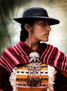 Perú -Alta Moda Peruana fotografia de Mario Testino ; fijarse sonbrero estilizado, la manta,  pechera y motivo de plata que cuelga en pecho-JHabich14