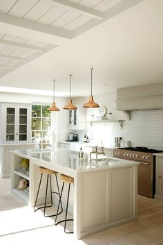 The Clapham Classic English Kitchen by deVOL: country Kitchen by deVOL Kitchens