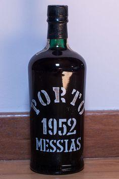 1952 Colheita Port Messias - gebotteld in 1978  Een zeldzame fles van een oude tawny portwijn zesentwintig jaar gerijpt op een eikenhouten vat en gebotteld in 1978 uit een hoog aangeschreven merk.Volledige niveau fles in perfecte staat.Producent: Vinhos Messias S.A.R.L.Land: PortugalJaar: 1952Gebotteld: 1978Wijn kleur: gouden sweetGoede wijnen: JaAlcohol/Vol: 20%Sluiting: Natuur-kurkIn een speciale doos geregistreerd en verzekerd verzonden.  EUR 1.00  Meer informatie