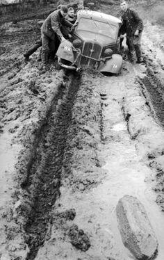'Russland-Mitte, PKW im Schlamm'. II Grande Guerra. Muita chuva na Frente Russa, dificuldades imensas.