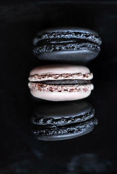 chic black and white macarons can be a nice dessert or favor idea for a soft got. - chic black and white macarons can be a nice dessert or favor idea for a soft gothic wedding - Elegante Desserts, French Macaroons, Plated Desserts, Food Styling, Love Food, Sweet Tooth, Food Photography, White Photography, Sweet Treats