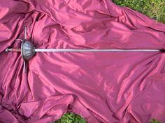 Ropera de taza grabada. Gavilanes redondos rematados en botón forjado mediante recalcado. El diseño responde a una pieza del Museo del Ejército de Toledo