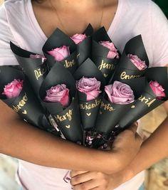 mi novio con flores - -manualidades para mi novio con flores - - 10 Wedding favors for guests Wedding favors Mini bouquets Bouquet Cadeau, Gift Bouquet, Candy Bouquet, Valentine Day Gifts, Valentines, How To Wrap Flowers, Chocolate Bouquet, Gold Ink, Wedding Confetti