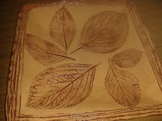 Un plato con hojas impresas, pintado con óxido de hierro las impresiones y luego esmalte transparente.  Le gustó mucho a Mirtha y como no quiso aceptarlo de regado ¡¡hicimos trueque!!: el plato por una botella de licor de naranja casero.