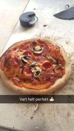 Steinovnsbakt pizza med parmaskinke, pepperoni, sopp og rødløk.