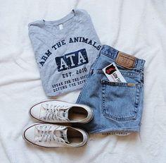 Je le porterais parce que c'est mon style. Mon style est décontracté et chic. Ce tee-shirt gris et bleu et ce short bleu très chic.