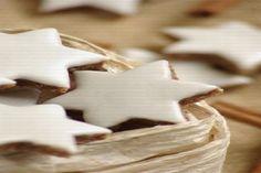 FURSECURI IN FORMA DE STELUTE, CU NUCI SI SCORTISOARA Star Cookies, Gingerbread Cookies, Feta, Cookie Recipes, Cinnamon, Macarons, Deserts, Cocktails, Eggs