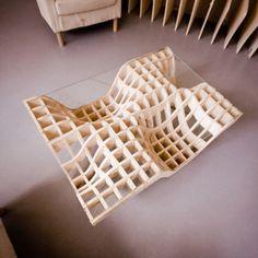 """Le designer Polonais Mateus Zwojcicki a créé pour l'aménagement intérieur du café """"Zmianatematu"""" à Lodz une série de 3 tables basses graphiques et aériennes en contreplaqué de pin et en verre."""