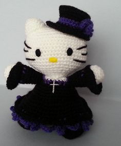 Hello Kitty Gótica Amigurumi - Patrón Gratis en Español aquí: http://tejiendoconchico.blogspot.com.es/2014/04/hello-kitty-7.html