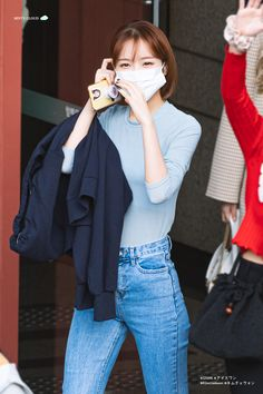 """""""chaewon's (mostly airport) outfits! — an appreciation thread 😚"""" Yuri, Eyes On Me, Mask Girl, Woollim Entertainment, Japanese Girl Group, Kpop Girls, Korean Girl, Mom Jeans, Girl Fashion"""