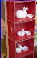 Ook een idee om de huishoek een ander speelimpuls te geven; verschillende kratten op elkaar worden nu konijnenhokken!