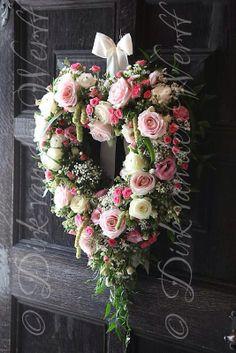 """""""Bom Dia Flor do Dia....Já estamos no meio da semana gente, tenham todas uma linda Quarta-Feira...dia lindo...Por aqui acordei animadíssima...Bora deixar tudo lindo pra família que vai chegar..!!!!"""" — se sentindo animada."""
