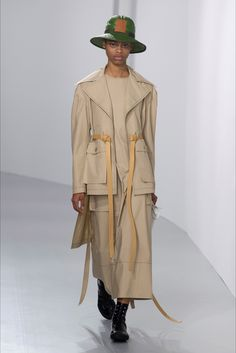 The complete Loewe Spring 2018 Ready-to-Wear fashion show now on Vogue Runway. Peplum Outfit, Spring Summer 2018, Spring Summer Fashion, Iranian Women Fashion, Spring Jackets, Fashion Show Collection, Fashion Week, Fashion Top, Paris Fashion
