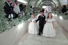 Daminhas e pajens - Werianny Santiago e Gustavo Rassi - Roupa de Daminha - Roupa de Pajem - Daminha com detalhes dourados - Wedding - Kids at Wedding