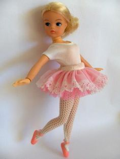So much more natural looking than barbie. i loved my sindy doll 1970s Childhood, My Childhood Memories, Childhood Toys, Sweet Memories, Sindy Doll, Barbie 80s, Ballerina Doll, How To Make Clothes, Making Clothes