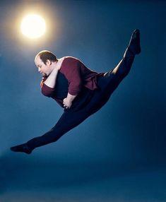 Erik Cavanaugh ist übergewichtig – so hat er es zum Profitänzer geschafft Groß, schlank und sehnig-muskulös: So stellt man sich einen Tänzer für gewöhnlich vor. Der US-Amerikaner Erik Cavanaugh ist nichts davon – und trotzdem ein begnadeter Künstler. Plus Size, Concert, Purple, Dance, Slim, Purple Stuff, Concerts, Plus Size Clothing