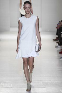 Les robes blanches de la Fashion Week printemps-été 2014: Victoria Beckham http://www.vogue.fr/mariage/inspirations/diaporama/les-robes-blanches-de-la-fashion-week-printemps-ete-2014/15627/image/870725#!mariage-robe-blanche-victoria-beckham