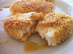 A delicious fried feta with honey and sesame seeds recipe! This mouthwatering veggie, cheesy dish will amaze you! Imagine chunks of juicy, salty fried feta covered with crispy, golden-brown sesame seeds and drizzled in a sweet honey sauce! Tapas, Sesame Seeds Recipes, Feta Cheese Recipes, Honey Sauce, Good Food, Yummy Food, Greek Cooking, Greek Dishes, Snacks Für Party