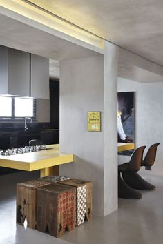 black panton & banco de madeira festa junina, mesa jantar laca amarela, cozinha americana