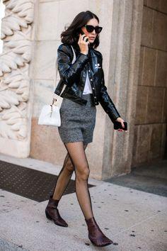 """LE CALZE A RETE GLAMOUR!  Se il vostro stile è bon-ton o romantico, abbinatele a un gonna sopra o sotto il ginocchio e tacchi, darete sicuramente una marcia in più al vostro look – aggiungendo una punta di """"goth vittoriano"""", se possiamo dirlo. In questo caso sarà meglio optare per quelle a maglia stretta che risultano più femminili e meno aggressive, ma ugualmente sensuali!"""