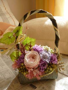 白樺のバッグのようなベースにころんと丸いプリザーブドのバラ、スカビオサ、カーネーション、アジサイをメインにアレンジしました。葉や実ものは造花を使用しています。... ハンドメイド、手作り、手仕事品の通販・販売・購入ならCreema。
