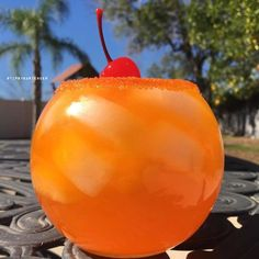 Mandarin Queen Cocktail - For more delicious recipes and drinks, visit us here: www.tipsybartender.com