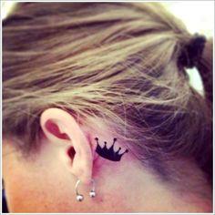 chica con tatuaje de corona pequeña