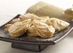 Ingredience: mouka pšeničná hladká 140 gramů, máslo 70 gramů, mandle 60 gramů (nasekané), cukr 60 gramů, žloutek 1 kus, sůl, mouka (na vál), marcipán 30 gramů, mléko 2/3 decilitru, žloutek 1 kus, čokoláda bílá 20 gramů, mandle 25 gramů (na plátky), bílek 1 kus, med 1 lžíce.
