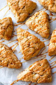 Homemade caramel apple cinnamon scones with crunchy tops, warm centers, and caramel drizzles. Perfect Fall breakfast or afternoon treat! Apple Scones, Cinnamon Scones, Blueberry Scones, Cinnamon Apples, Caramel Apples, Cranberry Scones, Caramel Recipes, Apple Recipes, Calories In Blueberries
