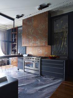 Now this is a kitchen! No Sears appliances here. Interior Design Kitchen, Modern Interior, Interior Architecture, Contemporary Kitchen Plans, Home Suites, Stone Kitchen, Dark Interiors, Elle Decor, Decoration