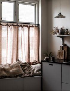 Hemma hos Ellen Dixdotter och Jacob Holst i Köpenhamn Simple Interior, Modern Interior, Interior Design, Bungalow Living Rooms, Salvaged Decor, Nordic Design, Design Design, Chair Design, Design Ideas