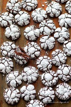 Biscotti morbidi al cioccolato - Chocolate Crinkles - Ricetta Biscotti morbidi al cioccolato Italian Biscuits, Italian Cookies, Italian Desserts, Mini Desserts, Chocolate Crinkle Cookies, Chocolate Crinkles, Biscotti Cookies, Cake Cookies, Homemade Chocolate