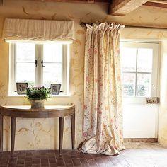 Il Vintage Look di Kate Forman Cottage Curtains, Cottage Windows, Curtains Living, Door Curtains, Curtains With Blinds, Cottage Hallway, Cottage Door, Cottage Living, Cozy Cottage