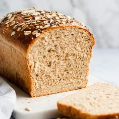 This homemade healthy sandwich bread recipe is soft and made with healthy ingredients like whole wheat flour, sunflower seeds, poppyseeds, . Healthy Sandwich Bread Recipe, Homemade Sandwich Bread, Healthy Sandwiches, Multigrain Bread Recipe, Vegan Bread, Flours Banana Bread, Oatmeal Bread, Banana Bread Recipes, Honey Oat Bread