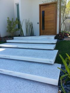 Trendy Ideas For Front Patio Steps Concrete Porch Front Porch Stairs, Entry Stairs, Exterior Stairs, Exterior Front Doors, Front Porches, Front Entry, Concrete Porch, Concrete Stairs, Modern Entrance