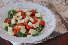 Ensalada de canónigos, cherrys y queso tierno