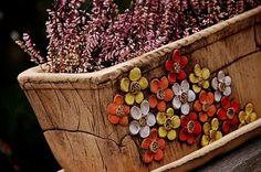 truhlík -květy v teplých barvách I.-na objednávku! truhlík je keramický , dlouhý 32cm, široký 13,5, vysoký 13 cm. je s podmiskou, která je glazovaná. truhlík má na dně čtyři dirky na odtok vody.