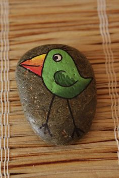 cartoon bird painted on a rock Pebble Painting, Pebble Art, Stone Painting, Painted Rocks Craft, Hand Painted Rocks, Painted Stones, Stone Crafts, Rock Crafts, Drawing Rocks