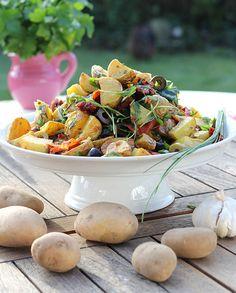 Mit diesem Salat machst Du Dir Freunde: Meditterraner Kartoffelsalat. Das Rezept findest Du auf www.honeyfarm.de, potatosalad, Italian, herzhaft, rustikal, Salat, Sommersalat, Grillparty, Party, Kartoffeln, Oliven, Salat, Garten, Sommerrezept, Tortenplatte, originell, Pommes des terres, getrocknete Tomaten, dies tomatier, Oliver, Salat, Tisch, Wood. garden, Gartenparty, outdoor, lecker,