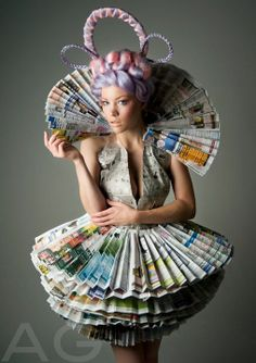 Recycled Dress Ideas Check out these creative ways to recycle looks like something Effie Trinket would wear Recycled Costumes, Recycled Dress, Recycled Clothing, Newspaper Dress, Newspaper Crafts, Recycle Newspaper, Paper Fashion, Fashion Art, Dress Fashion